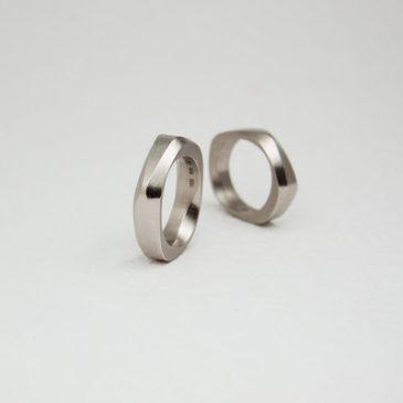 Unika assymetriska vigselringar! Unique assymetrical wedding bands!