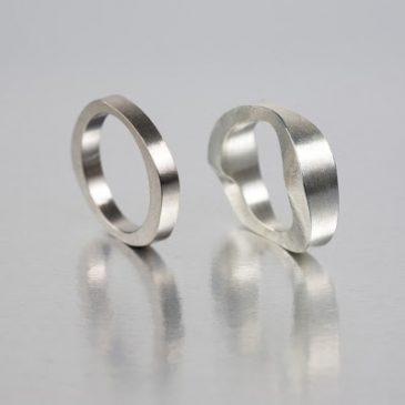 Ringar i guld och silver. Rings in gold and silver.