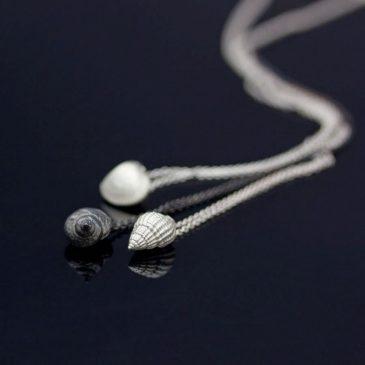 Att se skönhet i det lilla. Små små snäckhalsband. Tiny tiny seashell necklaces.