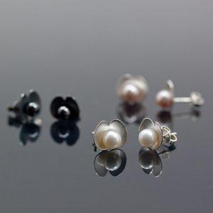 Ärtblommor som örhängen; 1 400kr. Örhängen direkt på örat finns mellan 1 000 och 2 200kr.