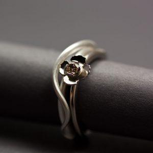 Sagoring, blomma och grässtrå. Blomringen av vitt guld med etisk kaffediamant, grässtået av silver.