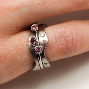 Vigsel, förlovnings och barnring av vitt guld med kaffefärgade diamanter och etiska rosa bruna safirer. Kan bäras på olika sätt!