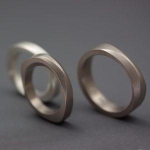 Asymmetriska skivringar med fasetter i vitguld och silver tillsammans med en passande rund ring med två fasetter i vitguld.