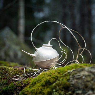 """Tekanna av silver, """"Farytayls and Firesides"""" kom till under en exkursion i ett urskogsområde. Foto Christian Habetzeder"""