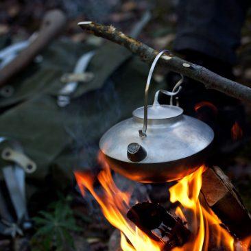 Kanna för öppen eld, skedar för skogen.