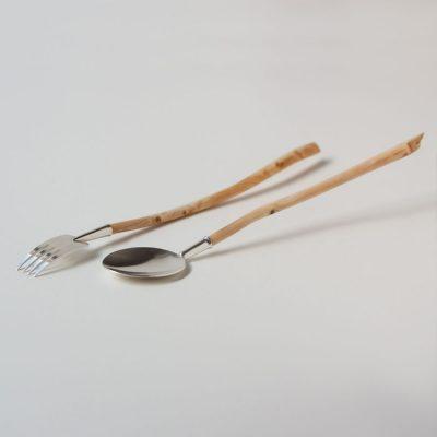 Bestick, sked och gaffel, med snidade grenar till handtag. Grenarna går att byta ut, silvret att stoppa i fickan.