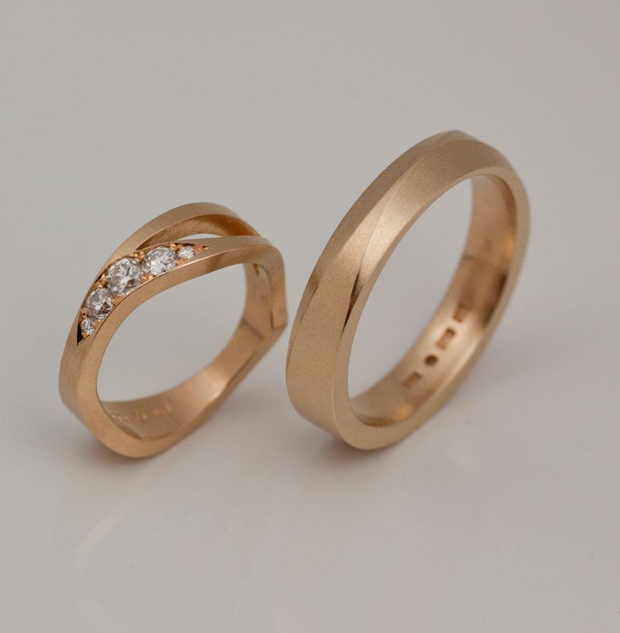 Hennes ring är mjukt böljande, hans är rak med två fasetter. Ytan och materialet håller i hop ringarna trots de olika formerna.