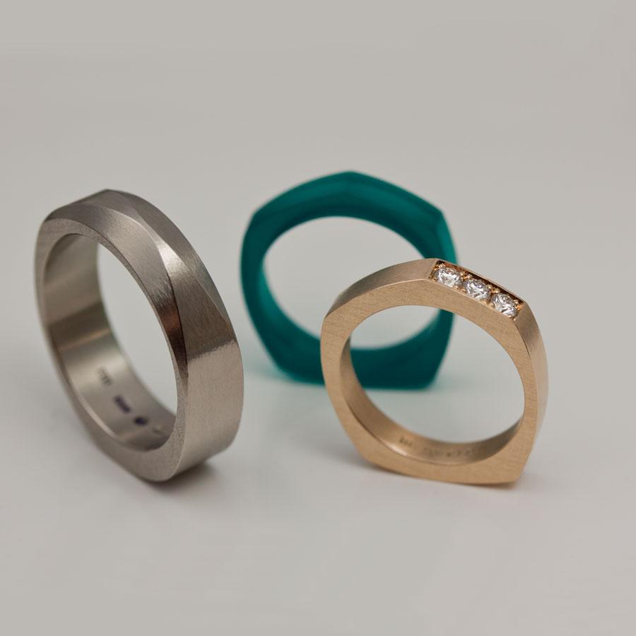 Vigselringar. Vitt guld till hans ring, rött guld med etiska diamanter och transparent, grön akryl till hennes. Ovanligt, slitstarkt och vackert.