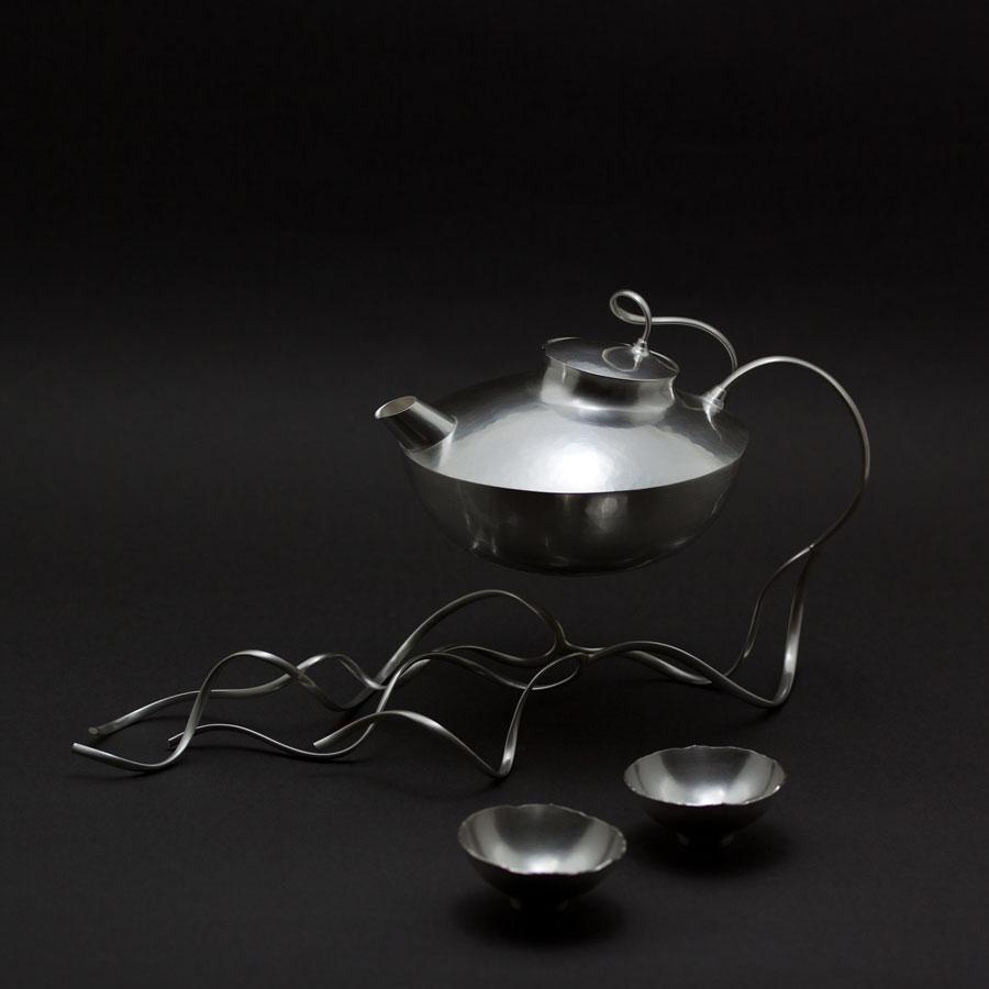 """En sakekanna i silver som är en liten variant av min kannan """"Fairytales and Firesides""""."""