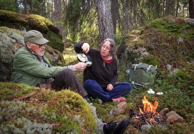 En kopp kaffe i skogen, i en silver kåsa ur en silver kanna. För att det också går, för att det är där sagorna bor.