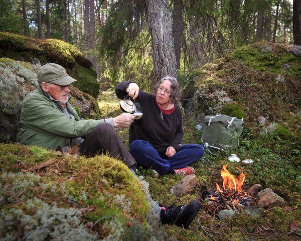 En kopp kaffe i skogen, i en silver kåsa ur en silver kanna. För att det också går, för att det är där sagorna bor. Petronella Eriksson