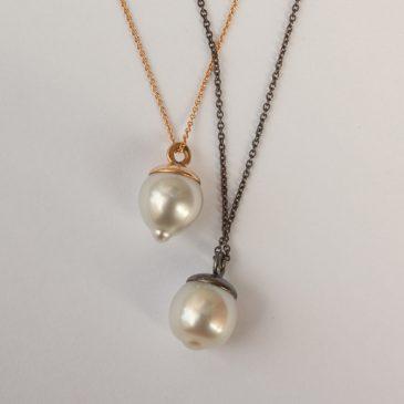 Etiska pärlor i minimalistiska hängsmycken.
