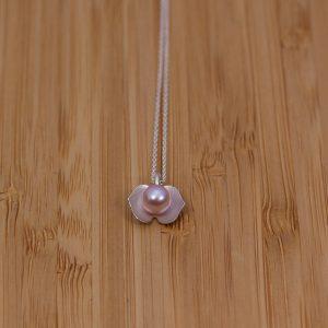 Litet silver hänge med rosa sötvattenspärla.