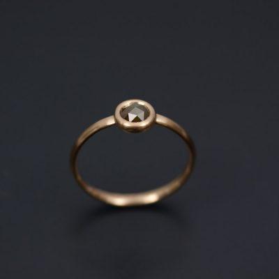 Guldringen från sidan. Här ser man hur den rosenslipade diamanten ger möjlighet att hålla fattningen låg.