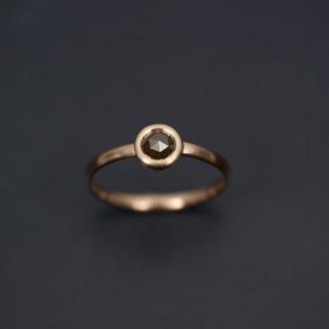 Ringar med magiska rosenslipade diamanter i låga bekväma fattningar.