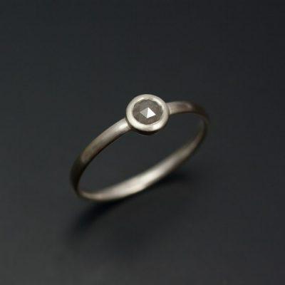 Ringen i silver är i lite större storlek med en grå rosenslipad diamant.