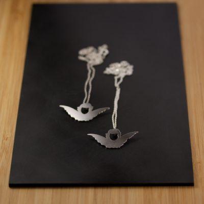 Änglar som hängen på tunna silver kedjor.