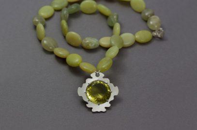 Smycken med vackra stenar att bära på olika sätt!