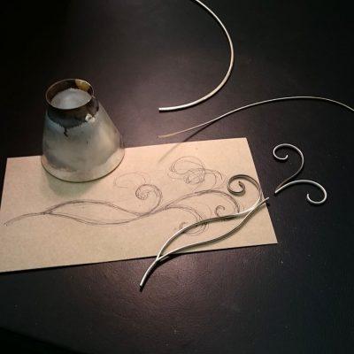 Bockar oval silvertråd till handtaget.