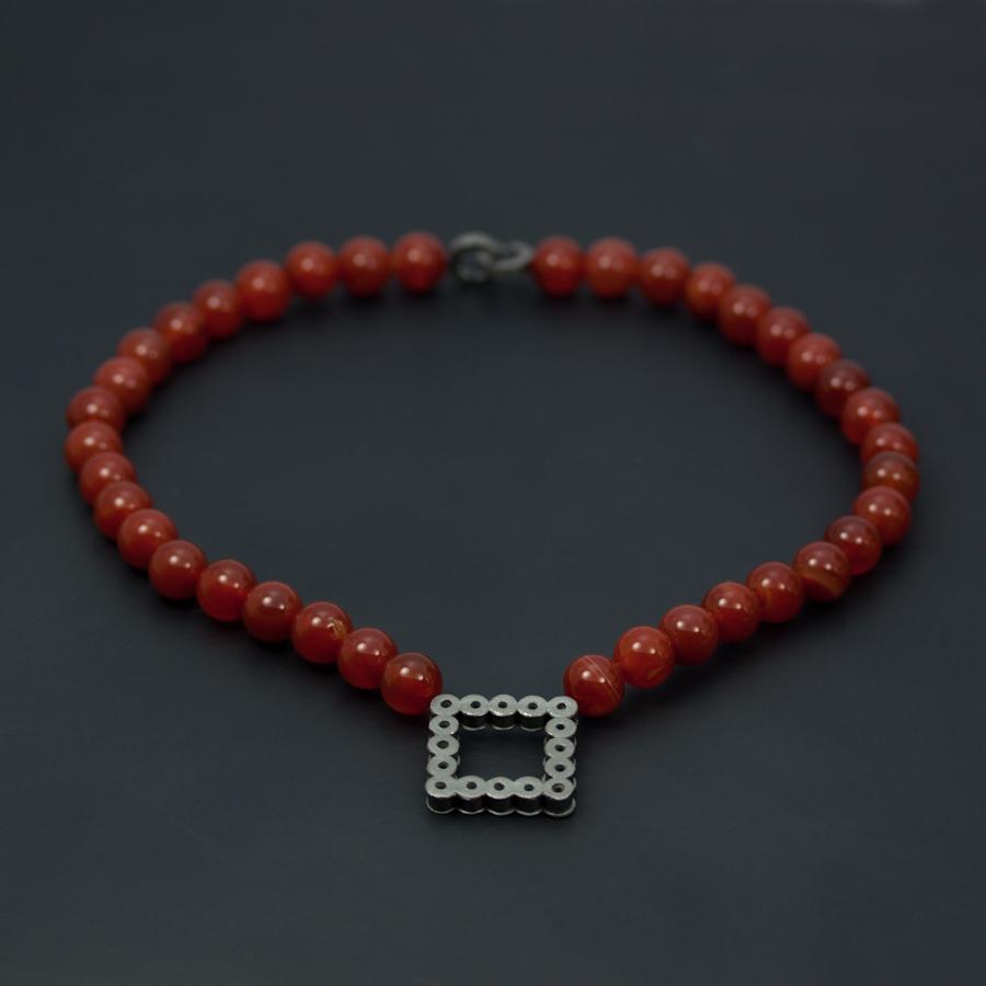 Halssmycke med collier av carneoler och lås och hänge i oxiderat silver