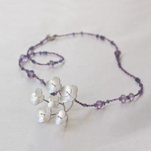 Ett halssmycke med en hel krog silver blommor..här ser man verkligen hur sammetshortensian som jag utgått i från ser ut!
